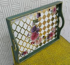 La imagen puede contener: mesa e interior Home Decor Furniture, Painted Furniture, Handmade Home Decor, Diy Home Decor, Home Crafts, Diy And Crafts, Painted Trays, Wooden Trays, Decoupage Tutorial