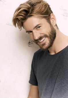 Wick blonde man: ideas and tips in videos and photos! Men Blonde Hair, Dark Blonde Hair Color, Wavy Hair Men, Blonde Man, Blonder Afro, Hair And Beard Styles, Curly Hair Styles, Old Hairstyles, Blonde Hairstyles