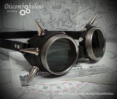 Steampunk dopé lunettes argent & noir cuir - le commandant, Dieselpunk, aventurier, Time Traveller, goujons, dirigeable, Kraken, Burning Man par Discombobulous sur Etsy https://www.etsy.com/fr/listing/226785458/steampunk-dope-lunettes-argent-noir-cuir