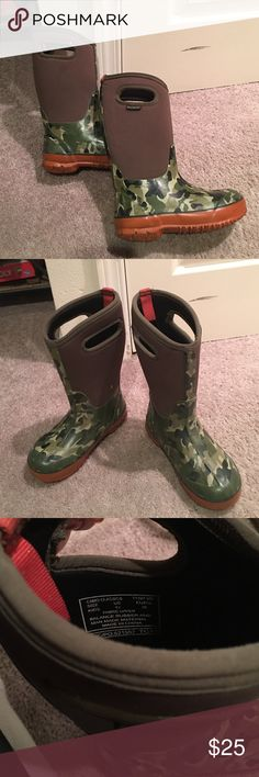 Bogs kids size 13 euc These are winter bogs. Camo print. Size 13 kids . These are in used condition but I'd say have another winter or 2 left. The only wear on the sole is the back heel shown in last picture. They are made to withstand-30 degrees temperatures. Bogs Shoes Rain & Snow Boots