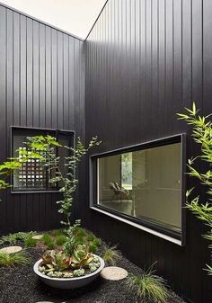 Clare Cousins Architects' Rail House in Westgarth, Melbourne demonstrates the possibilities of architecture along overlooked rail sites. Black Cladding, Metal Cladding, House Cladding, Facade House, Atrium House, Patio Interior, Interior And Exterior, Exterior Colors, Exterior Design