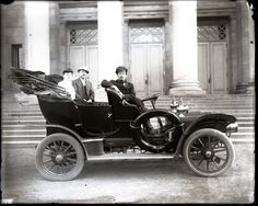 Driver and passengers in an early automobile, 1900-1910. Swekosky Notre Dame College Collection, Missouri History Museum.