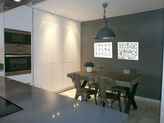 Crea una composición con láminas de una misma temática para que decoren las paredes de cualquier estancia de tu hogar. Conference Room, Dining Table, Furniture, Home Decor, Kitchens, Kitchen Design, Apartments Decorating, Kitchen White, Cuisine