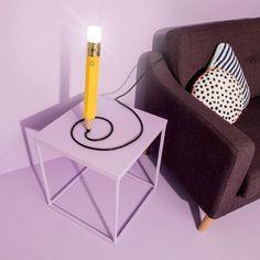 'Drew The Pencil Lamp'는 연필 모양을 그대로 재연한 독특한 디자인의 램프 입니다. 재미있게도 연필 상단의 지우개 부분이 LED로 밝게 빛나는 모습을 볼 수 있으며, 하단의 끝 부분은 전선과 이어져 연필을 쓰고 있는 듯한 이색적인 장면을 연출하는 것이 특징 입니다.  연필은 부드러운 조명에서 부터 25w 까지 다양한 밝기를 조절할 수 있으며, 이는 본체를 비트는 것 만으로도 간단히 조절할 수 있습니다. 전체 크기는 45.72cm x 5.08 cm 의 크기를 가지고 있으며, USB 케이블을 사용하고 있습니다.
