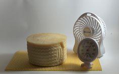 El ventilador y la base de aireación son dos instrumentos que nos ayudan a la maduración de quesos caseros en la nevera .  http://www.quesoscaseros.es/maduracion-de-quesos/ventilador-especial-maduracion-de-queso.html