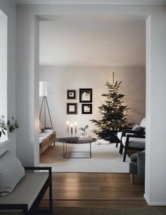 modern Christmas decoration ideas that the classic m .- modern Christmas decorating ideas that are the classic blend of luxurious sophistication Modern Christmas Decor, Farmhouse Christmas Decor, Christmas Home, Merry Christmas, Minimalist Christmas Tree, Scandinavian Christmas Decorations, Small Christmas Trees, Christmas Living Rooms, Nordic Christmas