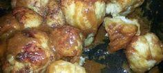 Hierdie broodjie is lekker saam met 'n stukkie braai vleis en tog te lekker 1 brood deeg (by Spar te koop) 1 koppie karamelsuiker 1 glasie vars room Smeer n plat boom pot (cast iron pot). South African Desserts, South African Dishes, South African Recipes, Ethnic Recipes, Braai Recipes, Cooking Recipes, Kos, Cooking Bread, Savoury Baking