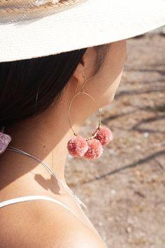 Lilas Pom Pom Creolen - The Best Jewelries Peridot Earrings, Dangly Earrings, Simple Earrings, Gold Hoop Earrings, Diy Earrings, Beautiful Earrings, Crystal Earrings, Crystal Jewelry, Earrings Handmade