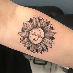 30 Sun And Moon Tattoo Designs And Their Meanings - Minimalistisches Tattoo Sunflower Tattoo Sleeve, Sunflower Tattoo Shoulder, Sunflower Tattoo Small, Sunflower Tattoos, Sunflower Tattoo Design, Sunflower Mandala Tattoo, Sunflower Tattoo Meaning, Moon Sun Tattoo, Sun Tattoos