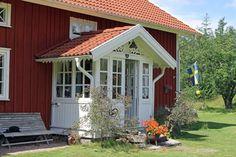 Högakull Björket, Smålandsstenar - Svensk Fastighetsförmedling Sweden House, Red Houses, Swedish Style, Home Reno, Bay Window, House Front, Country Style, Cottage, Exterior