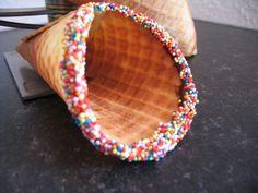 Cornets gaufrés à garnir... L'été dernier, j'ai fait l'acquisition chez Lidl d'un gaufrier rond pour faire soi-même ses cornets de glaces. moi qui n'aime pas trop les cornets, j'ai bien apprécié le fait de pouvoir les faire maison, c'est bien meilleur....