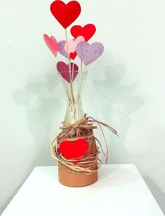 Easy Valentine Crafts, Valentine Day Wreaths, Valentines Day Decorations, Felt Christmas Decorations, Diy Crafts To Do, Valentines Day Greetings, Creative Gift Wrapping, Wine Bottle Crafts, Valentine's Day Diy
