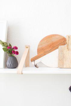 In letzter Zeit geht es hier auf dem Blog regelrecht rund mit DIY-Anleitungen und heute zeige ich euch wie man ein DIY Küchenregal mit Lederriemen ges..