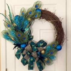 Peacock Grapevine Wreath Christmas Peacock by ThePinkGardenias Peacock Wreath, Peacock Crafts, Feather Wreath, Peacock Decor, Feather Crafts, Peacock Feathers, Peacock Colors, Green Peacock, Peacock Christmas Tree
