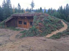 To Build A Wofati Log Cabin - no need for heating or A/C, up to 3 times faster to build and up to 5 times lower in cost. Homestead Survival, Camping Survival, Survival Tips, Survival Shelter, Earth Sheltered Homes, Eco Buildings, Underground Homes, Earth Homes, Earthship