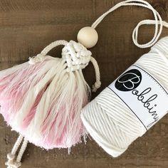 Nog 'in progress', maar moest het even delen op deze mooie…」 Macrame Art, Macrame Projects, Macrame Knots, Micro Macrame, Yarn Projects, Crochet Projects, Yarn Crafts, Diy And Crafts, Gift Wraping