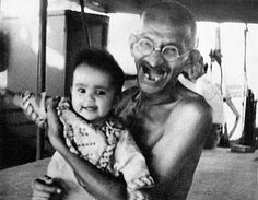 Gandhi - never saw him looking happier. Rare Pictures, Historical Pictures, Rare Photos, Great Pictures, Old Photos, Mahatma Gandhi Photos, Gandhi Quotes, Rajiv Gandhi, Black And White Face