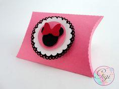 Lembrancinha temática Minnie Mouse. <br>Confeccionada em papel 180g. <br>Medindo 6 cm de largura x 5,5 cm de altura x 1,5 cm de profundidade aproximadamente. <br> <br>Para outros tamanhos, entrar em contato conosco.