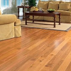 Para garantir a durabilidade e a beleza do piso de madeira por muitos anos basta você fazer manutenção regularmente com verniz.