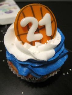 Basketball Cupcakes in Team Colors Basketball Cupcakes, Sports Food, Basketball Season, Cake Boss, No Bake Treats, Cooking Time, Holiday Recipes, Birthday Candles, Food To Make