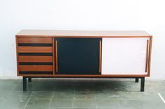 "Buffet de puerta de Charlotte Perriand modelo mueble ""cansado"". Mueble restaurado."