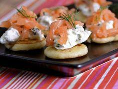 Receta | Canapés de salmón con pistachos, queso crema y eneldo - canalcocina.es