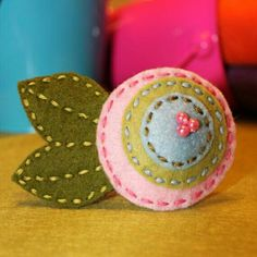 Shabby Chic Felt Flower Hair clip, Flower clippie--could be adapted to a pin as well Felt Flowers, Flowers In Hair, Fabric Flowers, Felt Hair Clips, Flower Hair Clips, Flower Headbands, Felt Embroidery, Barrettes, Felt Brooch