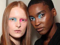 """""""Um clash de cores uma explosão"""". É assim que @henriquem85 define a beleza afiadamente contemporânea criada por ele para seis modelos do casting da @vitorinocamposbrand - uma maquiagem diferente da outra é claro. """"É um olho feito com o dedo. Eles são bem orgânicos: você faz assim 'pah!' uma pincelada com o dedo"""" ensina o beauty artist que usou tons de pink e azul para a missão de beauté colocada em prática com produtos @sisleyparisbrasil. (Via @vcmarchesi/ foto @arthurvahia/ modelos…"""