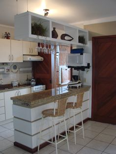 Browse photos of Small kitchen designs. Discover inspiration for your Small kitchen remodel or upgrade with ideas for organization, layout and decor. Kitchen Bar Design, Home Decor Kitchen, Interior Design Kitchen, New Kitchen, Home Kitchens, Kitchen Dining, Kitchen Ideas, Decorating Kitchen, Diy Decorating