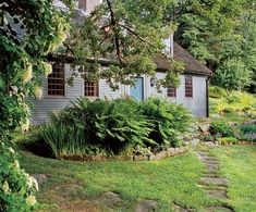 The Laurel Hedge: Captain's Farm. - new england living - Interieur Farmhouse Landscaping, Farmhouse Garden, Country Farmhouse, Historic New England, Historic Homes, Saltbox Houses, Old Houses, Gray Houses, New England Style Homes