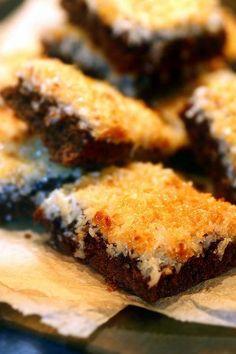 Chokladrutor med kokos-tosca Cake Recipes, Dessert Recipes, Meat Chickens, Fika, Food Cakes, Something Sweet, No Bake Desserts, Cake Cookies, Nom Nom
