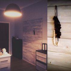 Pannello appendi oggetti. Utile per evitare fori nel muro. Creato con assi di palchetti. Restyle stanza.