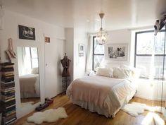 大きな窓から柔らかな光が差し込むお部屋。 インテリアもそれに合わせて。