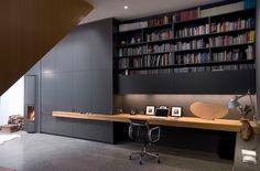 wandkast loopt door in een sobere werkplek met veel bergruimte. Kleur en materiaal zijn afgestemd op het interieur waardoor de werkhoek bij de living past.