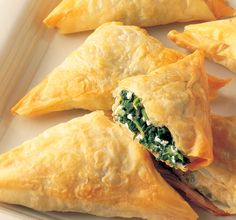My daughter and I love Authentic Greek Spinach Pie (spanakopita) The Lebanese version is very delicious as well! Greek Recipes, New Recipes, Cooking Recipes, Favorite Recipes, Healthy Recipes, Greek Spinach Pie, Spinach And Cheese, Athens Food, Phyllo Dough