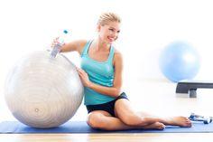 Wir erklären dir, worauf es beim Training mit dem Gymnastikball ankommt und zeigen dir die besten sieben Gymnastikball-Übungen für zuhause.