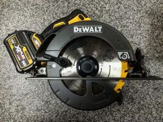 The impressive skill saw from Dewalt. The first 190 saw to be put on the cordless range. Available now at with two batteries and charger inc vat ONLINE CODE: Dewalt Power Tools, Power Tool Batteries, Cordless Power Tools, Cordless Drill, Cierra Circular, Garage Atelier, Best Hand Tools, Skill Saw, Woodworking Power Tools