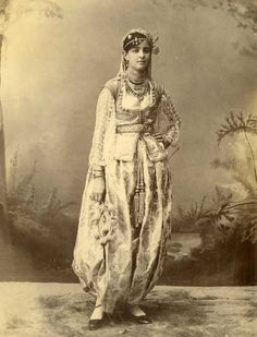 Jeune fille algérienne en costume traditionnel (photo ancienne)