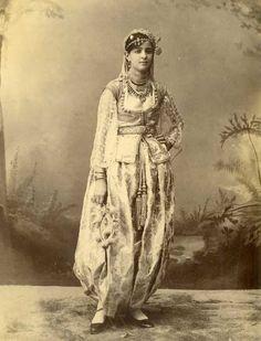 Costume traditionnel D'alger / Traditionnal costume of Algiers. https://azititou.wordpress.com/2009/08/30/traditions-le-costume-traditionnel-dalger/