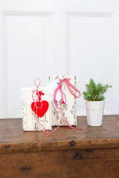 Gör den perfekta gå-bort-presenten i form av presentpåsar av papper och fyll dem med hemgjorda godsaker. En enkel grej att göra är att vika och limma egna papperspåsar och fylla