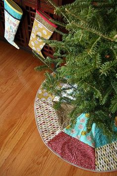 DIY CHRISTMAS TREE SKIRT. I need to make one of these.