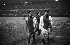 Sjaak Swart en Johan Cruijff besmeurd van het veld (Fenerbache- Ajax 0-2, EC I 1968-69)