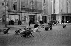 Recogiendo granos en la Gran Vía, Madrid, noviembre de 1936