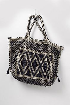 Woven tote with a Native American design My Bags, Purses And Bags, Mode Outfits, Beautiful Bags, Straw Bag, Fashion Accessories, Tote Bag, My Style, Leather
