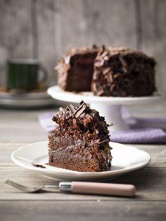 1. Verwarm de oven voor op 140°C, hete lucht. 2. Vet de springvorm in met boter. 3. Breek 200 gr chocolade in stukken. Snij de boter in blokjes. Doe ze samen met de blokjes boter in een ruime kookpot met dikke bodem. Los de koffie op in 125 ml koud water en voeg ook toe.
