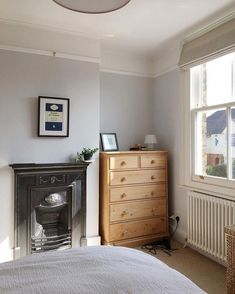 Simple room: ideas for decorating a room with few features - Home Fashion Trend Pine Bedroom Furniture, Blue Bedroom Decor, Small Room Bedroom, White Bedroom, Bedroom Sets, Small Rooms, Spare Room, Kitchen Furniture, Bedroom Alcove
