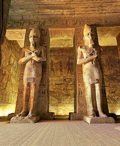 Estatuas osiríacas. Reciben este nombre por la postura que adoptan, emulando al dios del Más Allá, Osiris. Interior del gran templo de Abu Simbel.