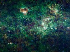 Esta seção enorme da galáxia Via Láctea é um mosaico de imagens do amplo levantamento de campo infravermelho, ou WISE, da Explorer da NASA. As constelações de Cassiopeia e Cefeus estão em destaque nesta imagem. Estas constelações, em homenagem a uma antiga rainha e rei da Etiópia, na mitologia grega, são visíveis no céu do norte, todas as noites do ano.