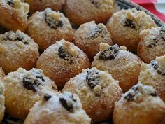 Z uvedených surovin zaděláme těsto buď v pekárně, nebo klasicky ručně a necháme hodinu kynout. Pak si kus těsta vyválíme a vykrajujeme maličké... Czech Recipes, Muffin, Sweets, Breakfast, Food, Cakes, Basket, Morning Coffee, Gummi Candy