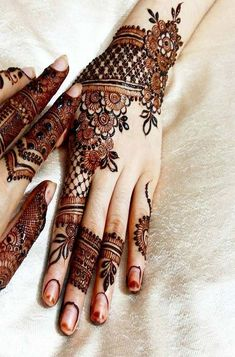 We are here with the most exciting Pakistani mehndi designs that can decorate your bridal look more than anything. Check these pretty mehndi designs out! Henna Hand Designs, Mehndi Designs Finger, Latest Henna Designs, Modern Mehndi Designs, Mehndi Designs For Girls, Mehndi Design Photos, Wedding Mehndi Designs, Mehndi Designs For Fingers, Henna Tattoo Designs